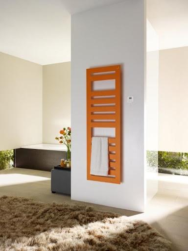 I když nechcete na jaře a na podzim vytápět celý dům nebo byt, můžete si dopřát teplo v koupelně. Téměř všechny koupelnové radiátory Zehnder existují rovněž v kombinovaném nebo čistě elektrickém provedení, s esteticky skrytou topnou tyčí, pohodlnou regulací vytápění dálkovým ovladačem a zárukou úsporného provozu. Splňují směrnici EcoDesign.